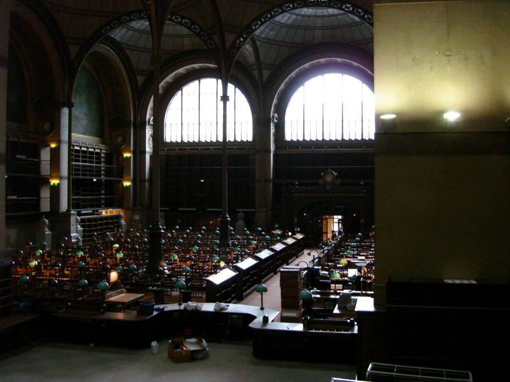 """L'hémicycle, juste avant l'exposition de Sophie Calle, """"Prenez soin de vous"""", en 2008 dans la salle Labrouste"""