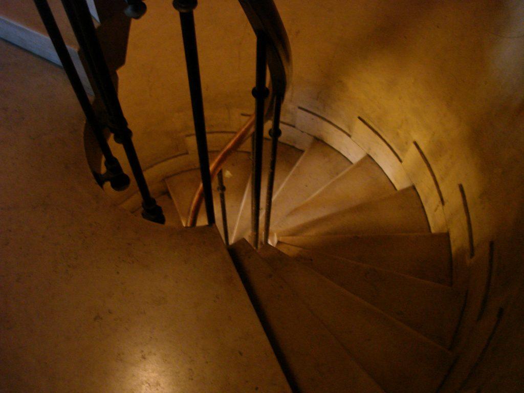 Les marches de l'escalier en colimaçon, pour rejoindre les galeries, où même l'auteur de ses lignes ne parvient pas à poser son pied en entier !
