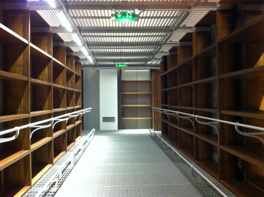 Les barres supportaient des tablettes pour poser des livres lors de ma première visite. Les barres à hauteur des chevilles empêchaient de mettre le pied dans cet espace vide à l'origine
